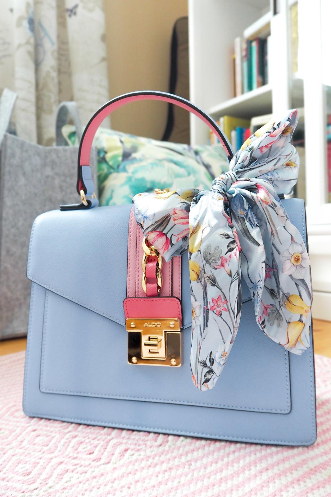 Vaaleansinen ja vaaleanpunainen laukku Aldo