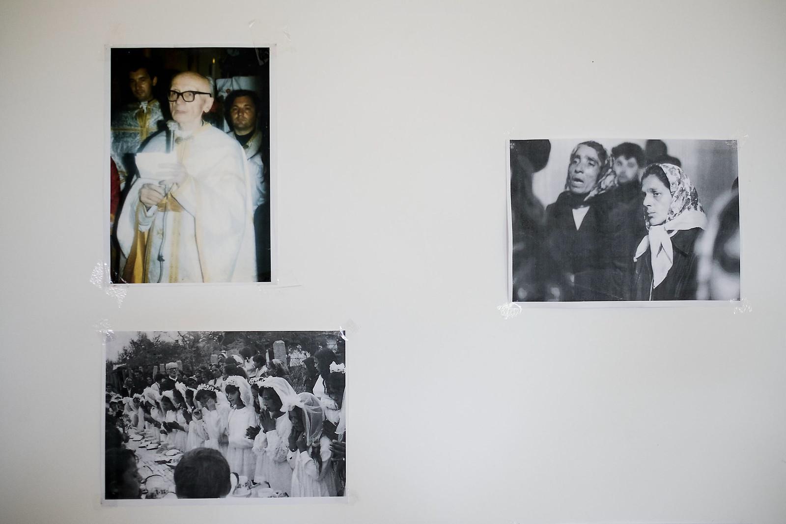 Sója Miklós atya és régi képek a falon Hodászon a templom melletti közösségi térben | Fotó: Magócsi Márton