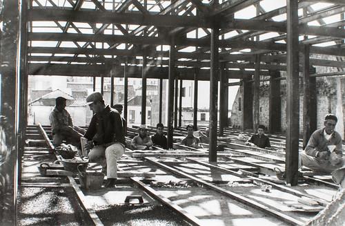 15 octubre 1963 [7] - Empieza la última fase. Ladrillo y cemento van distinguiendo las tribunas, escaleras, plantas...