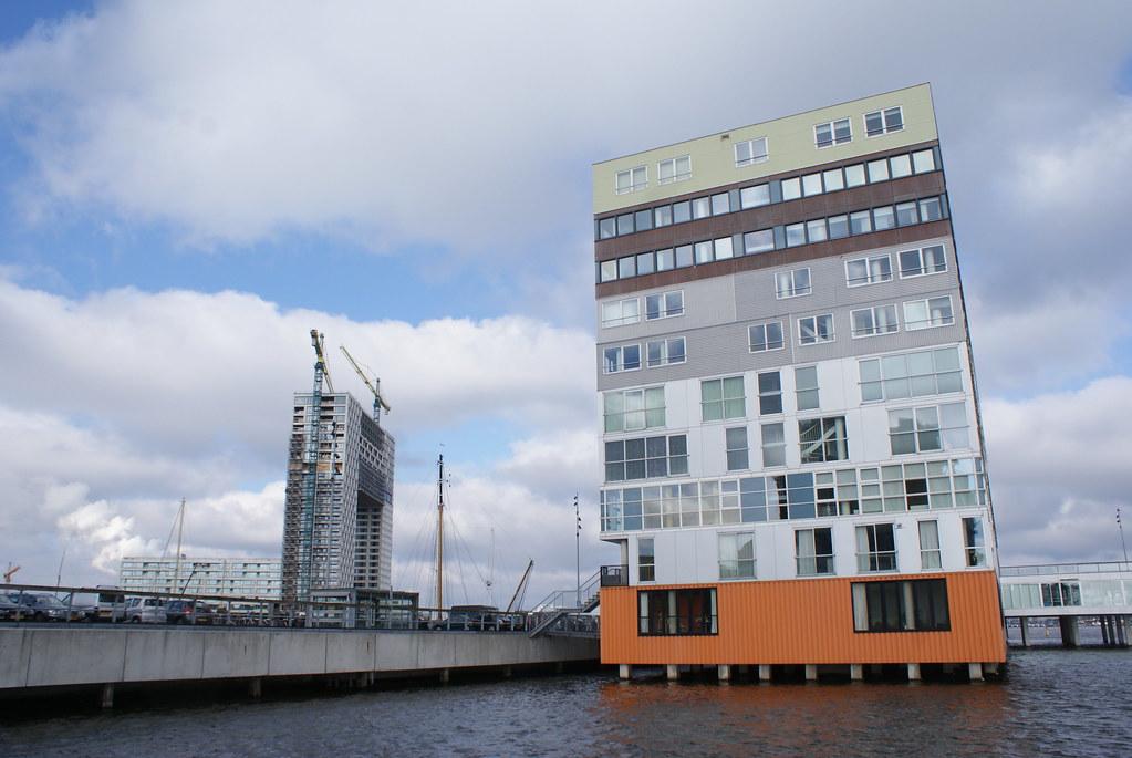 Westerdok : Construction moderne au bord du port d'Amsterdam.