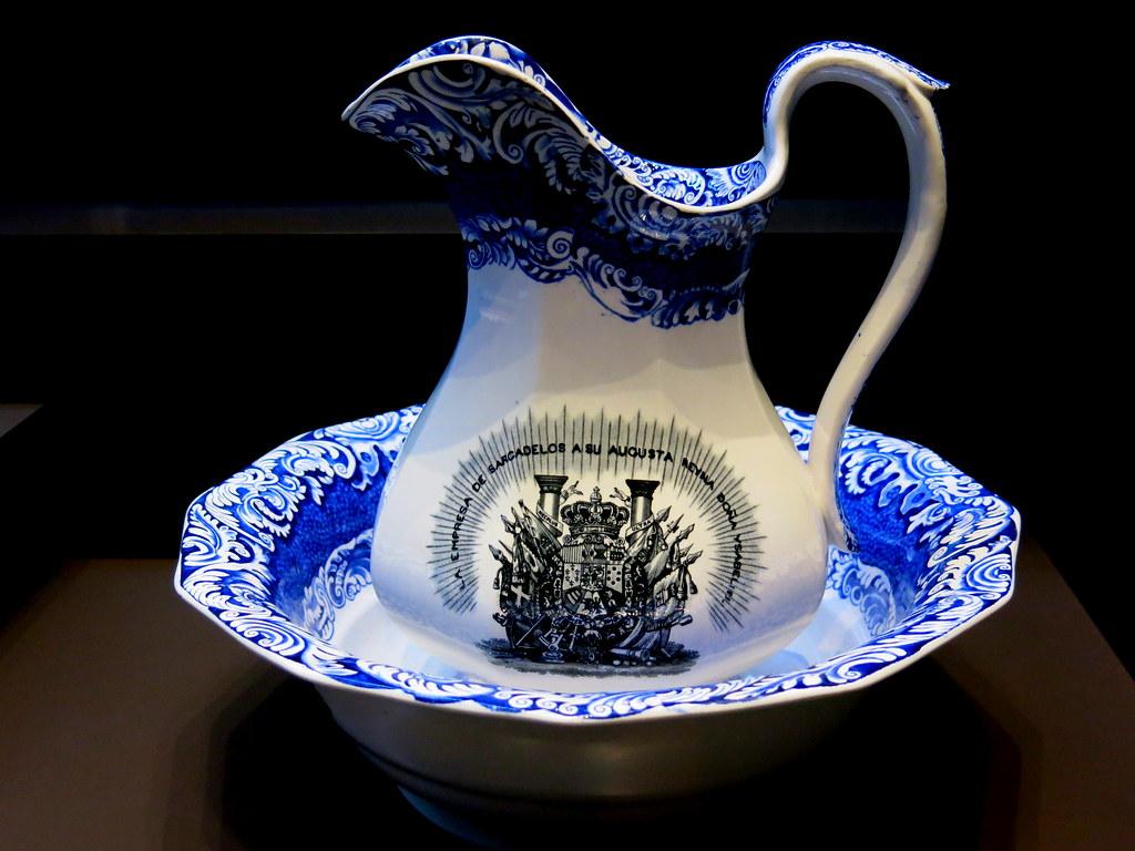 Aguamanil y jofaina dedicados a Isabel II. Real Fábrica de Sargadelos (Lugo)