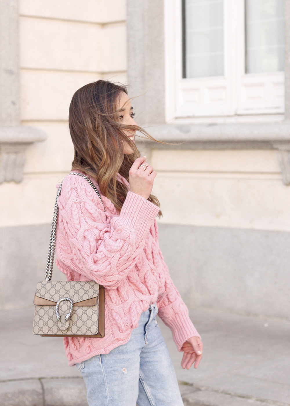 Pink chunky sweater ripped jeans gucci bag uterqüe heels casual winter outfit 2018 look invierno jersey rosa zara11