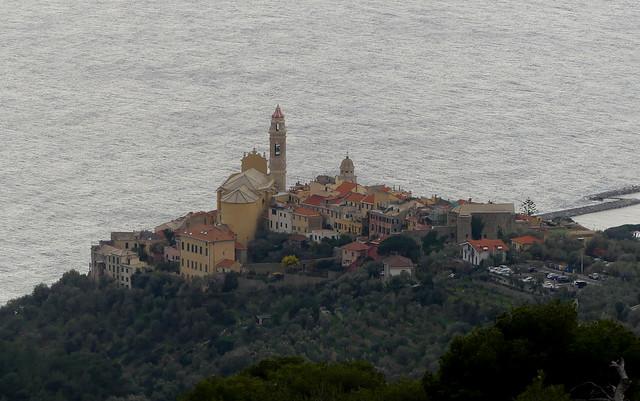 Lungo il sentiero da borgata Rollo (frazione di Andora) a Cervo. Vista verso Cervo. Liguria, Italy.
