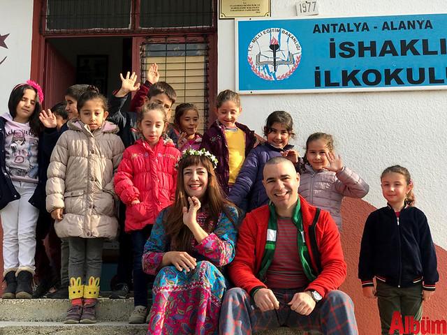 Nilbanu Engindeniz ve Kerem Eser, köy okullarındaki öğrencilerle birlikte hatıra fotoğrafı çektirdi.