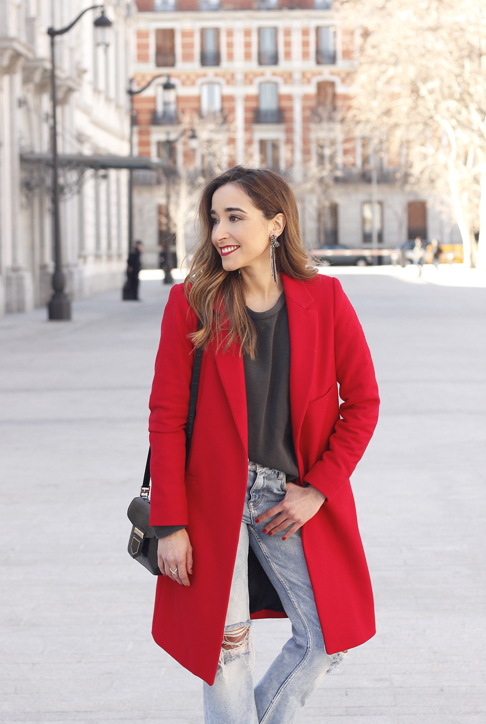 red coat givenchy bag ripped jeans leopard heels winter outfit look de invierno10
