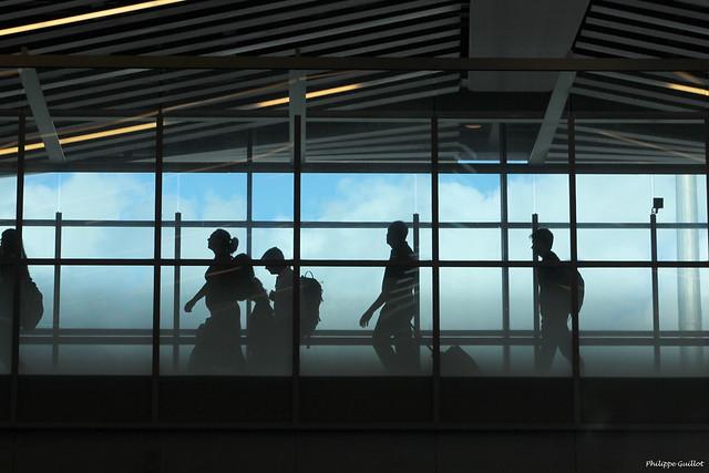 Aéroport de Plaisance : silhouettes de voyageurs