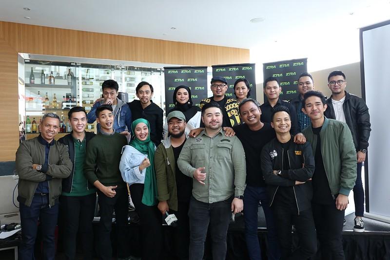 Keluarga ERA Sarawak bersama para artis Sarawak yang turut hadir memeriahkan majlis