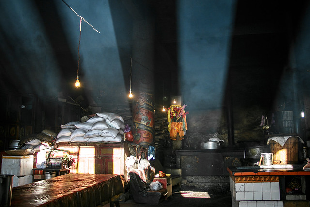 Sun rays pouring into the Kitchen of Kandze Monastery, Garzê 甘孜 カンゼゴンパの厨房に差す光