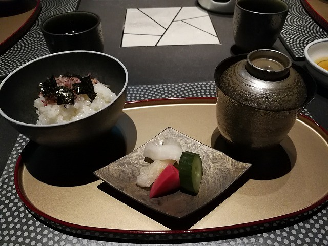 <p>f)お食事 新米ご飯(合わせみそ・香の物)</p>