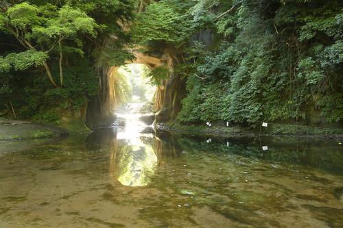 濃溝の滝〔亀石の洞窟〕