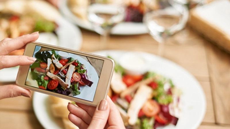 Menjadi vlogger makanan dapat diawali dengan menggunakan kamera pada ponsel pintar Anda.