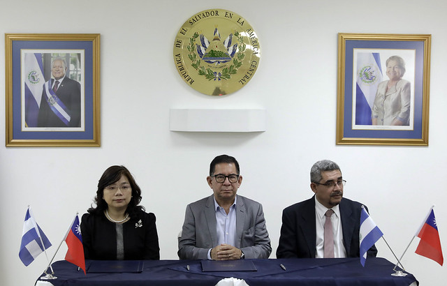 Firma de convenio entre RNES y Radio Taiwán Internacional