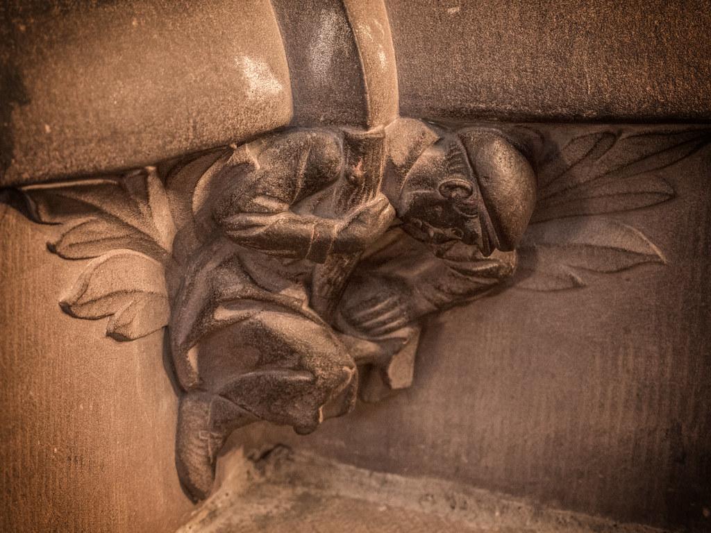 Ceci n'est pas une sculpture médiévale... 39187802134_43d6532026_b