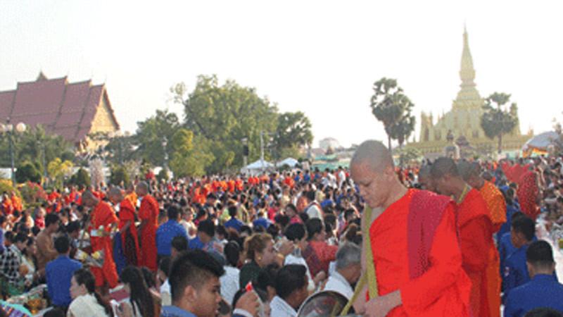 Pindapata di Stupa Agung Luang (Pha That Luang) di di Vientiane, Laos dalam rangka memperingati Hari Magha Puja).
