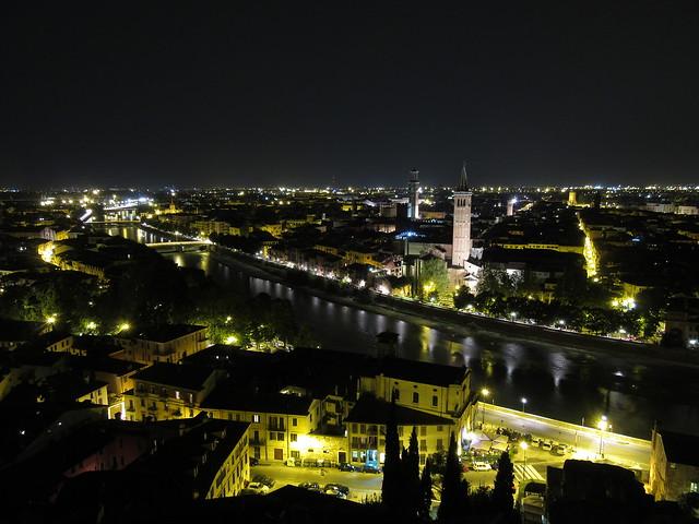 Blick über Verona bei Nacht