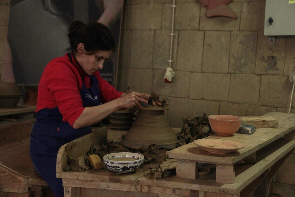 Throwing pots, Ceramica Vieira, Lagoa