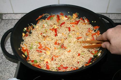 47 - Nudeln mit Gemüse vermischen / Mix noodles & vegetables
