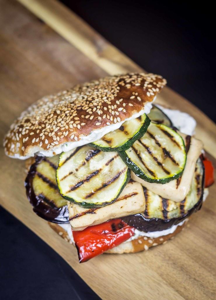 Vegetarburger med grillost og grillede grøntsager (15)