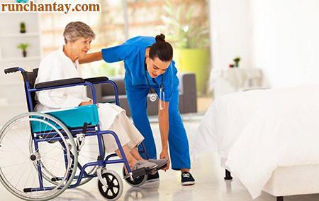 Ở giai đoạn 5, người bệnh Parkinson gần như phải gắn liền với chiếc xe lăn