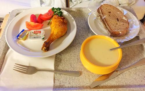 Potato soup, cold chicken leg & bread / Kartoffelsuppe, kalte Hähnchenkeule & Graubrot