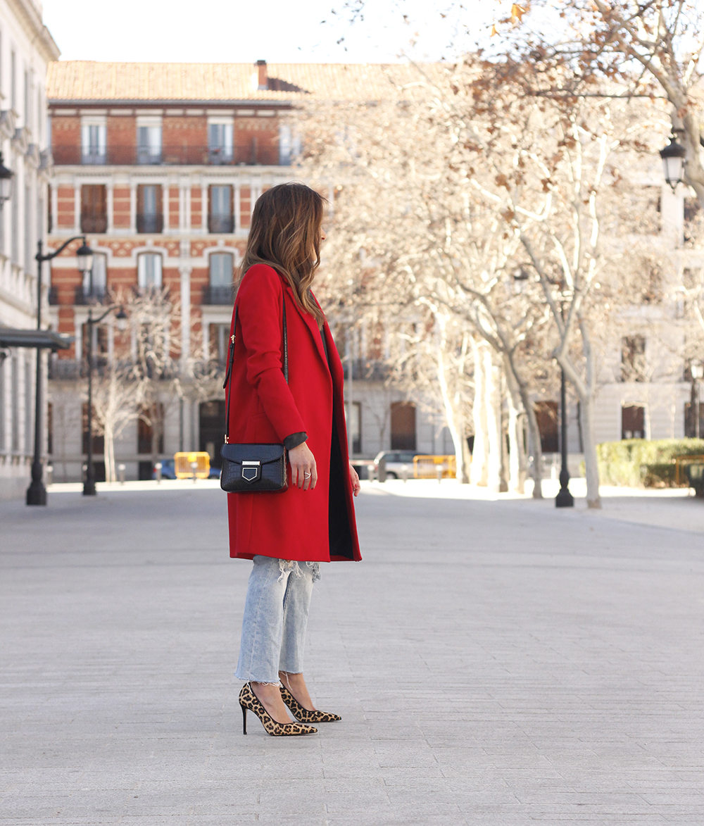 red coat givenchy bag ripped jeans leopard heels winter outfit look de invierno03