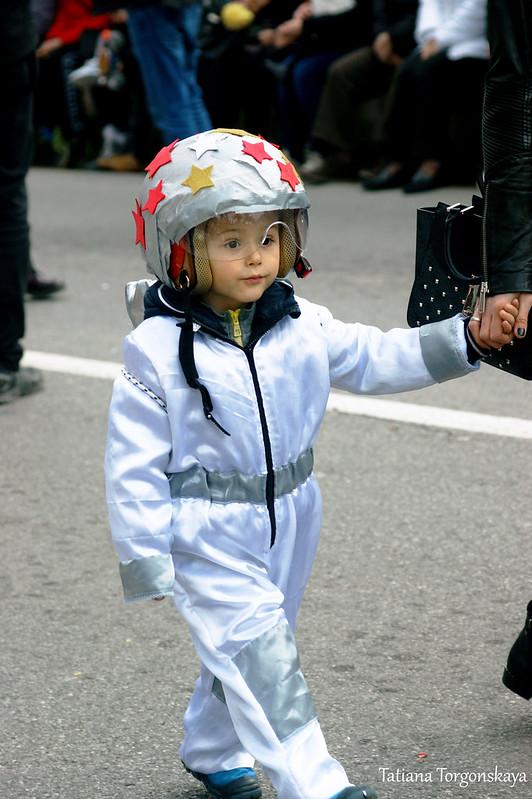 Мальчик в костюме космонавта