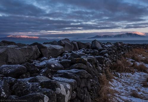 iceland island unterwegsmiticelandtours photographyholidaywithicelandtours snow winter sunrise lighthouse grotta seltjarnarnes grótta fog mountains neujahrsspaziergang