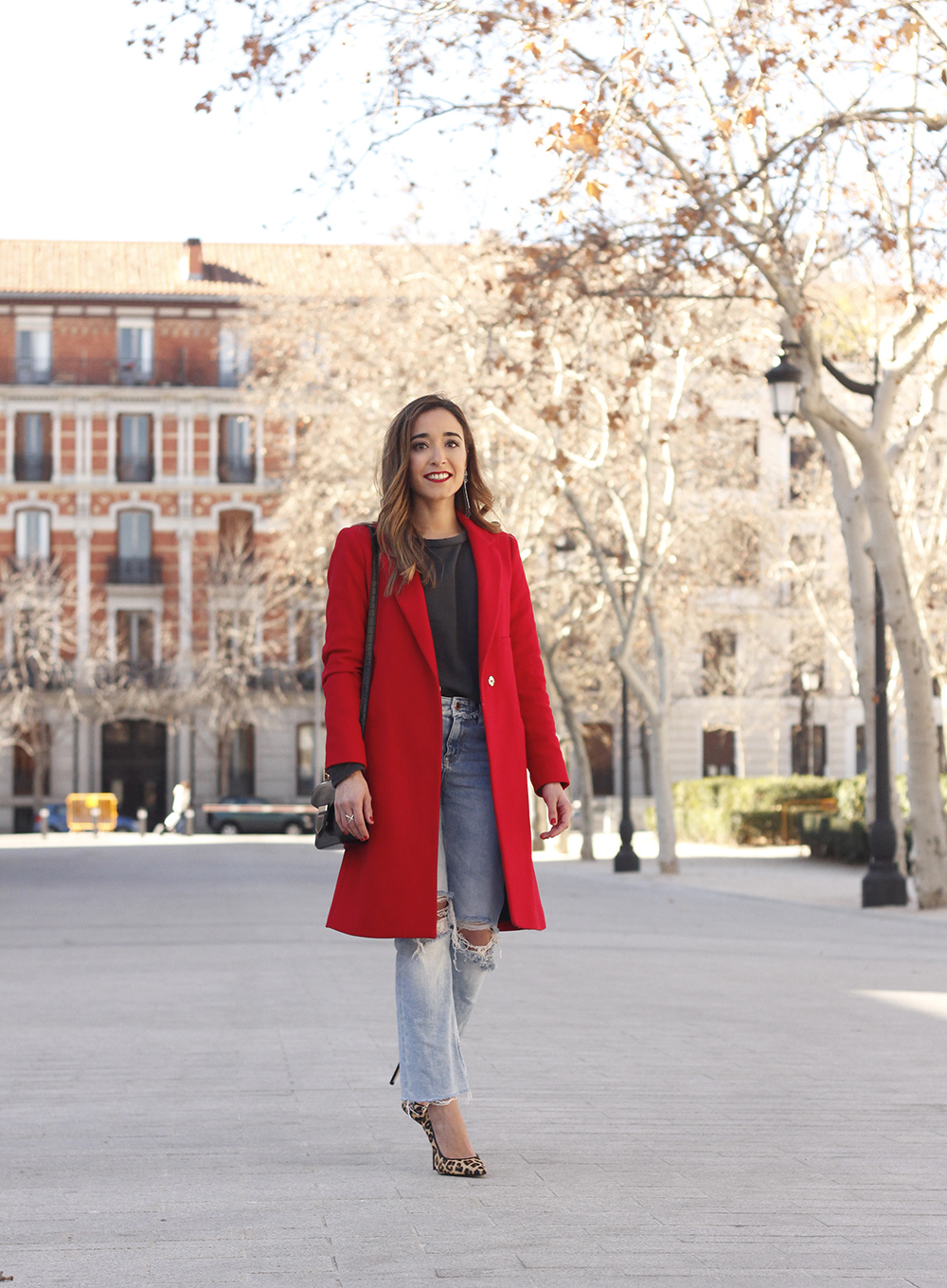 red coat givenchy bag ripped jeans leopard heels winter outfit look de invierno06
