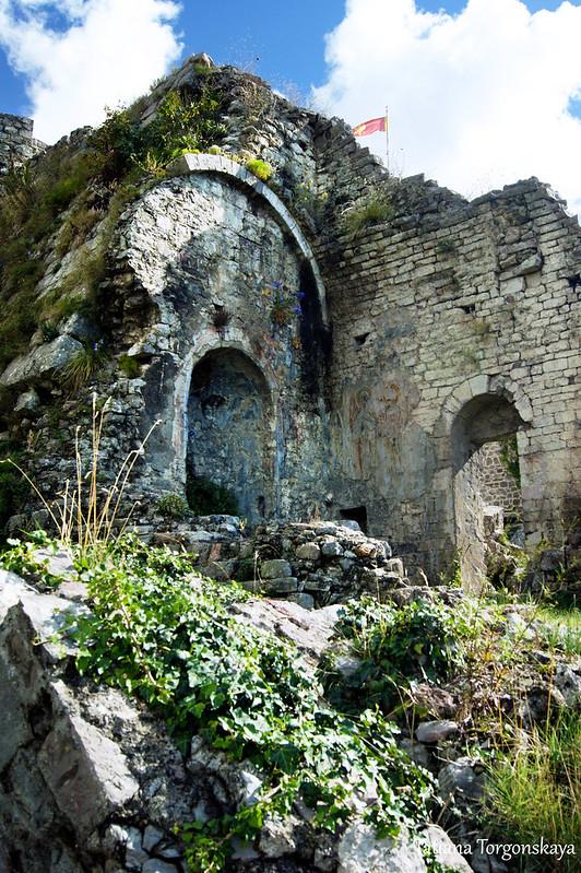 Сохранившиеся стены храма