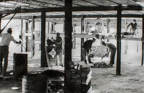 15 octubre 1963 [8] - Empieza la última fase. Ladrillo y cemento van distinguiendo las tribunas, escaleras, plantas...