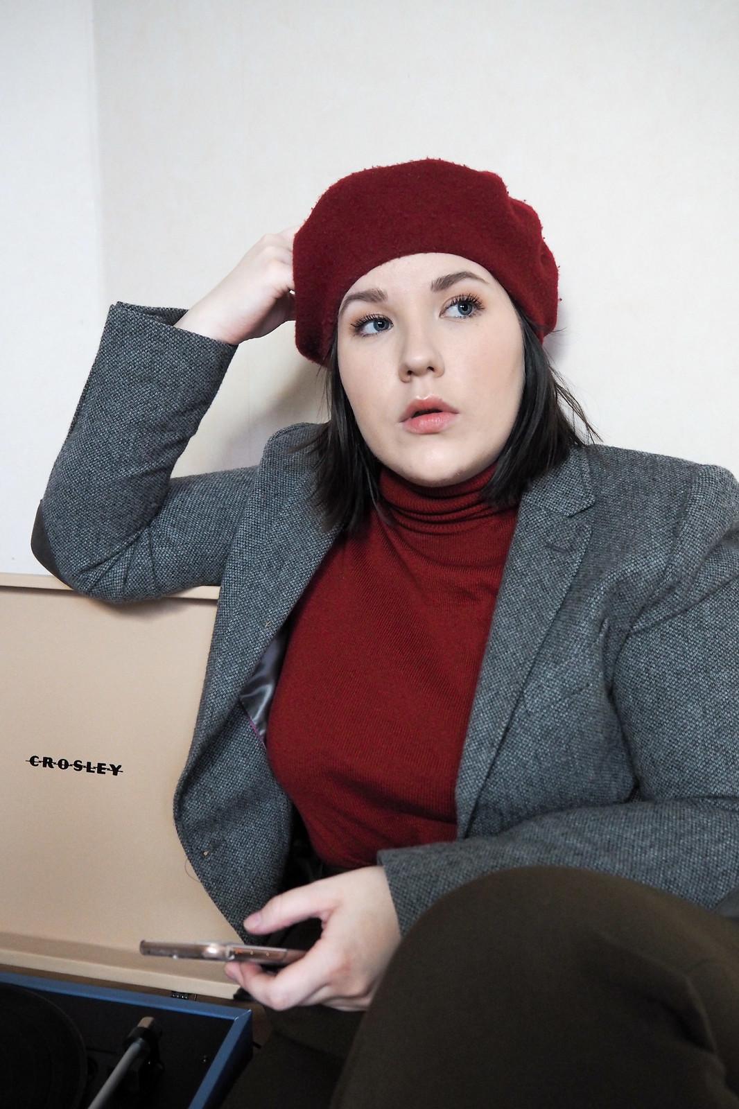 Punainen poolopaita, gant harmaa jakku, punainen baskeri-5
