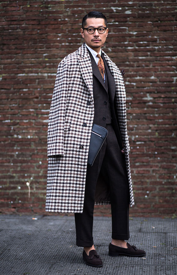チェックチェスターコート×グレー3ピーススーツ×白シャツ×ベージュ柄ネクタイ×ブラウンタッセルローファー