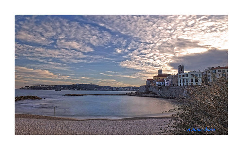 antibes plage sable digue nuages remparts