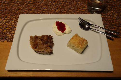 Gebackener Hafer-Walnuss-Apfel-Porridge, Clotted Cream mit Erdbeermarmelade und Kokos-Buttermilch-Kuchen