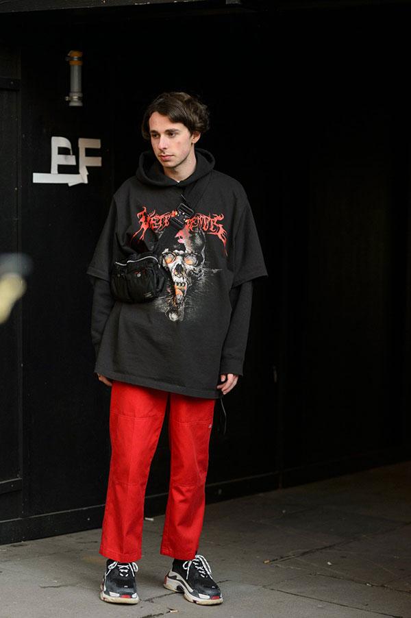 黒パーカー×黒Tシャツ×赤パンツ×バレンシアガ Triple S