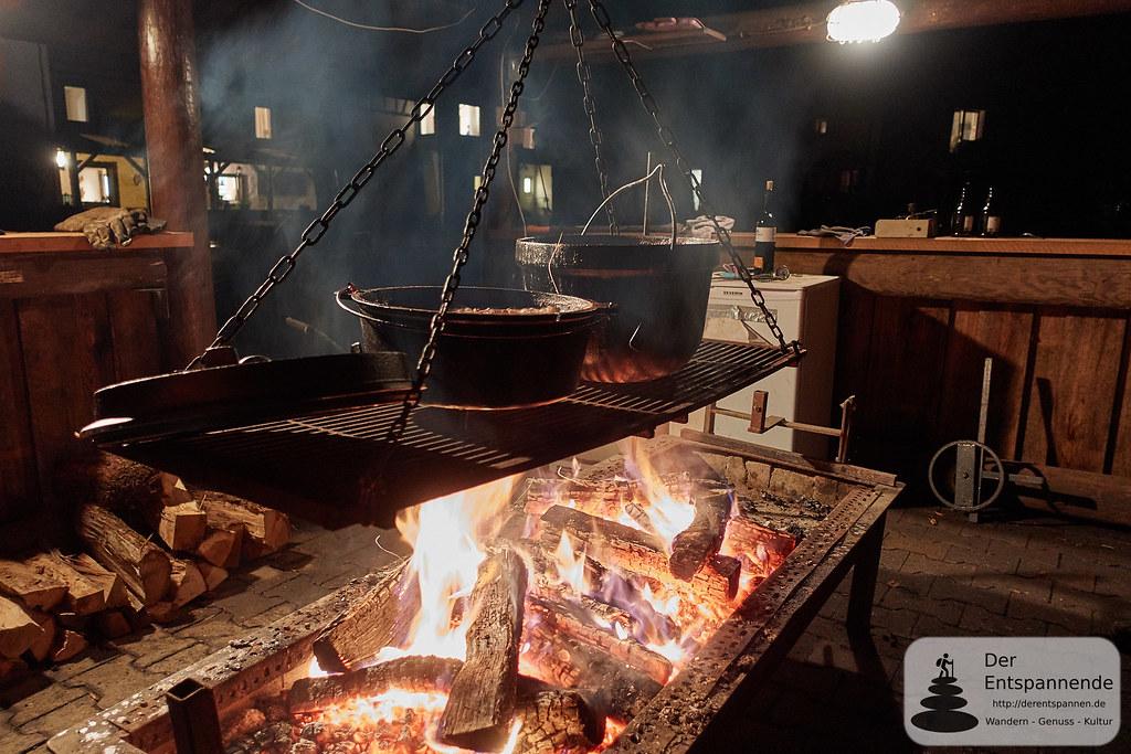 Hirschgulasch im Dutch Oven überm Holzfeuer