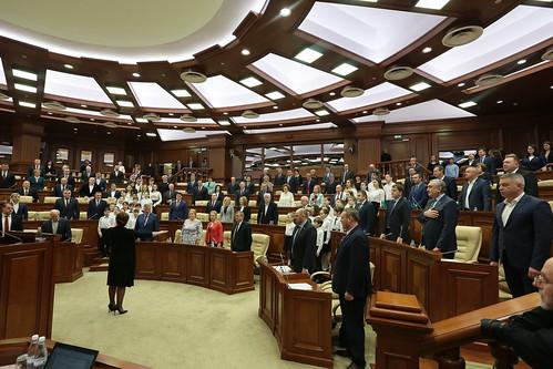 08.02.2018 Intonarea imnului la deschiderea primei ședințe plenare din 2018