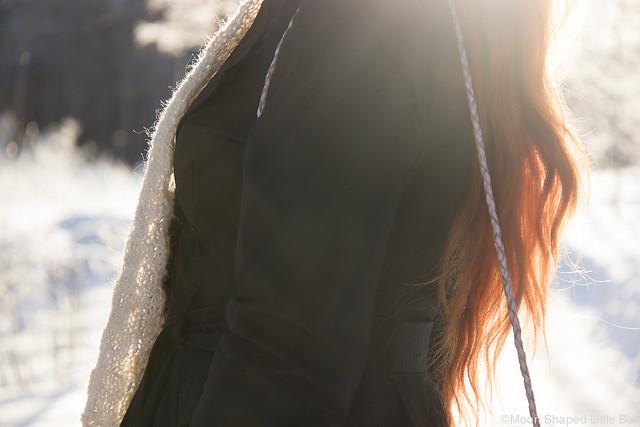 pitkät hiukset, punaiset hiukset, musta trenssitakki