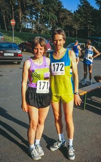 Gisela und Karlheinz vor dem Lauf (Hlemut Urbach im Hintergrund)