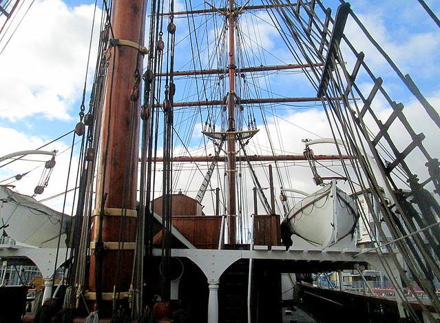 Mast & lifeboat
