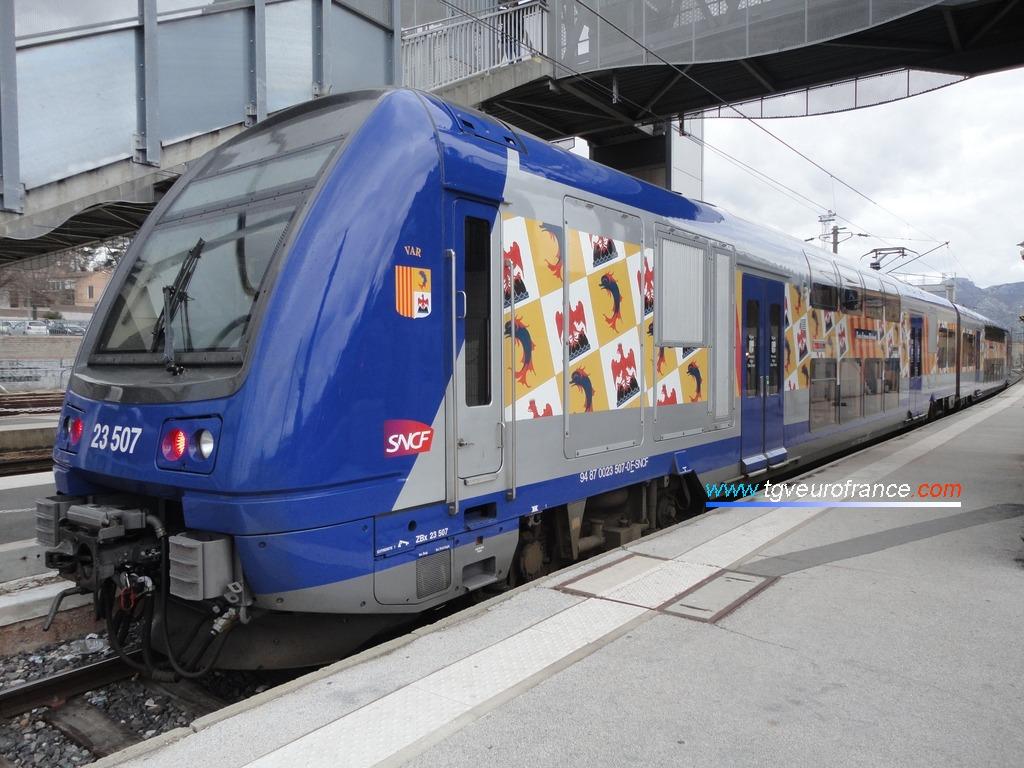 Une automotrice TER 2N Alstom arborant la nouvelle livrée TER PACA