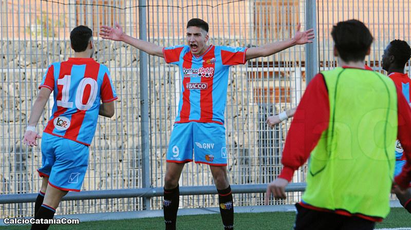 Emanuele Pecorino, classe 2001, nel momento dell'esultanza post gol alla Sicula Leonzio