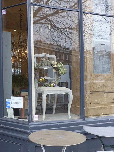 chaise et couronne