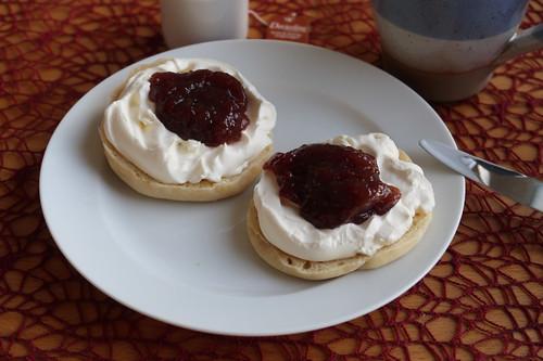 Erdbeermarmelade und Creme Fraiche auf English Muffin