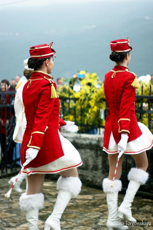 Танец мажореток на открытии Фестиваля мимозы, рыбы и вина