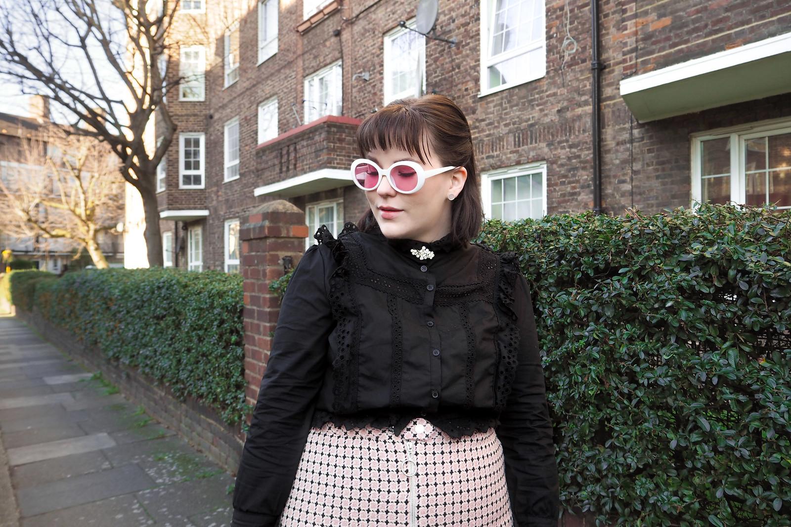 Musta pitsinen paita, vaaleanpunainen ruutuhame, 60-luvun aurinkolasit-9