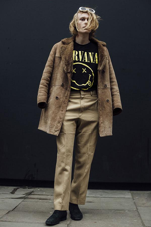 ムートンコート×Nirvana黒Tシャツ×チノパン×黒サイドゴアブーツ