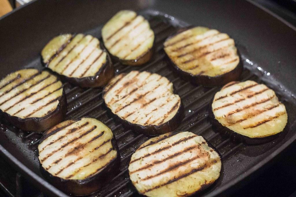 Vegetarburger med grillost og grillede grøntsager (2)