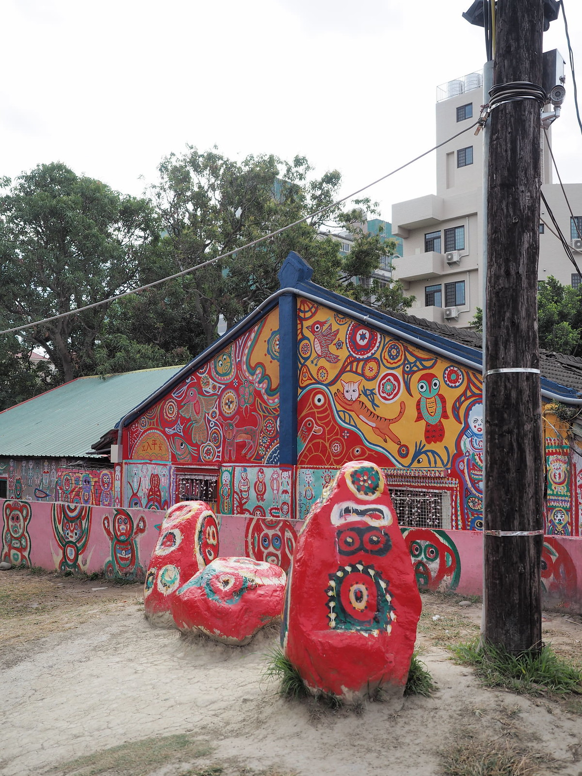 Painted stones and houses at Rainbow Village (彩虹眷村)