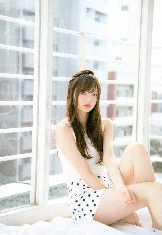 白いトップスに水玉のスカートをはいている梅澤美波の画像